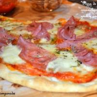 Pizza de cebolla caramelizada y jamón de york.