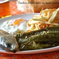 Sardinas de bota fritas, con huevo, pimientos y patatas
