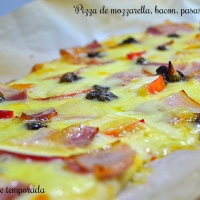 Pizza de mozzarella, bacon, pasas y manzana